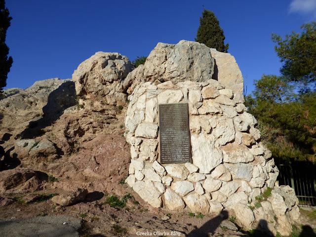 tablica pamiątkowa umieszczona na zboczu góry Areopag Akropol Grecja