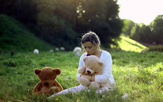 sad-girl-emotions-photography-image-lonely-with-teddy-friends.jpg