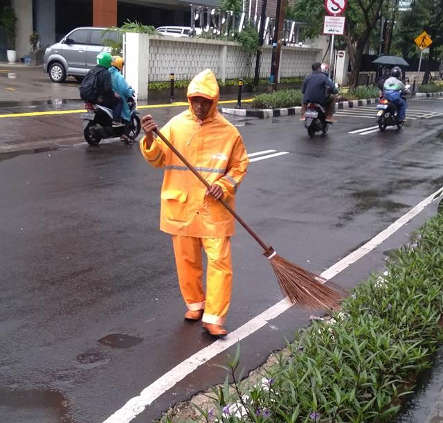 Mengapa Pakaian Petugas Kebersihan Di Jalan Warnanya Mencolok?