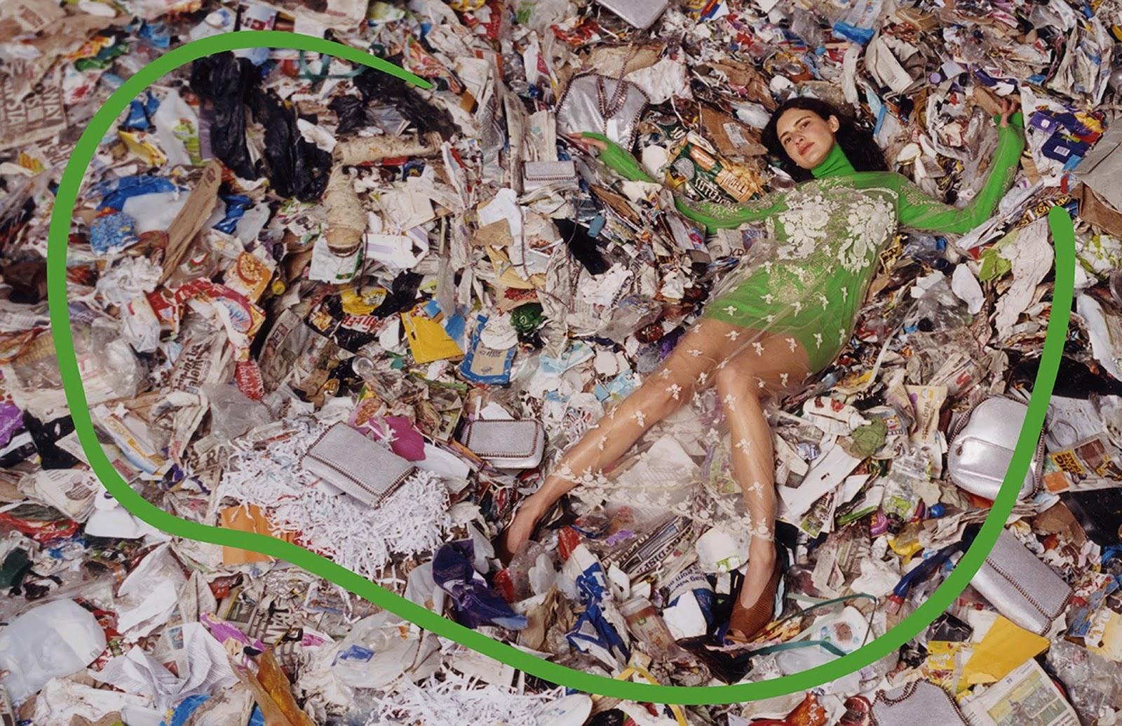 Modelo luciendo tenida de marca Stella McCartney sobre basura de un vertedero de Escocia