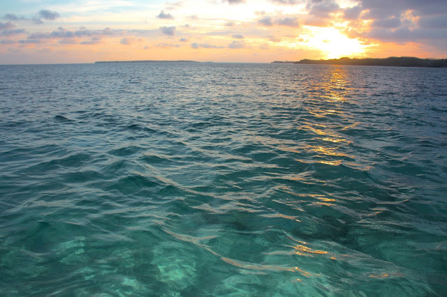 Pôr do Sol no Caribe Cololbiano atrás de uma das ilhas do Arquipélago de Rosário.