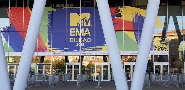 Accesos a la feria de muestras BEC! en Barakaldo con carteles de la gala de premios MTV