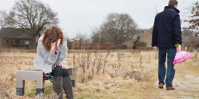 Puisi Lupakan saja   Terimakasih untukmu yang pernah ada Terimakasih pernah mengajarkanku cara tak ingin menyerah Meski pada akhirnya aku pun menyerah Aku tak menyalahkanmu sepenuhnya Aku mengaku sebagian salahku juga  Kupikir memang tak ada yang bisa kulakukan selain mengalah Aku sadar bahwa bersamamu Dia tak suka Mungkin Dia inginkan aku pada cerita lainnya Bukankah kau tau aku tlah mencukupkan hatiku untukmu  Bukan dari kemarin Tapi semenjak aku tau bukan aku yang kau mau Bukan berarti aku tak lagi cinta Hanya saja aku tiada mampu memaksa hatimu agar membentuk utuh Aku tlah jauh melangkahkan kakiku  Tak lagi ingin kembali atau berbalik arah untukmu Sekalipun kau merasa kehilangan kini Lupakan saja aku sudah tak di sana Tak kan kau temui aku dalam keadaan yang sama Lupakan saja aku telah menjadi orang yang berbeda Bersamalah dengan siapa saja yang kau ingini sebelumnya Semoga Dia memberimu bahagia  oleh:ulinaulia