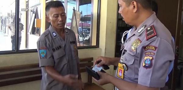 Citra (kiri) polisi gadungan yang ditangkap saat dimintai keterangannya.