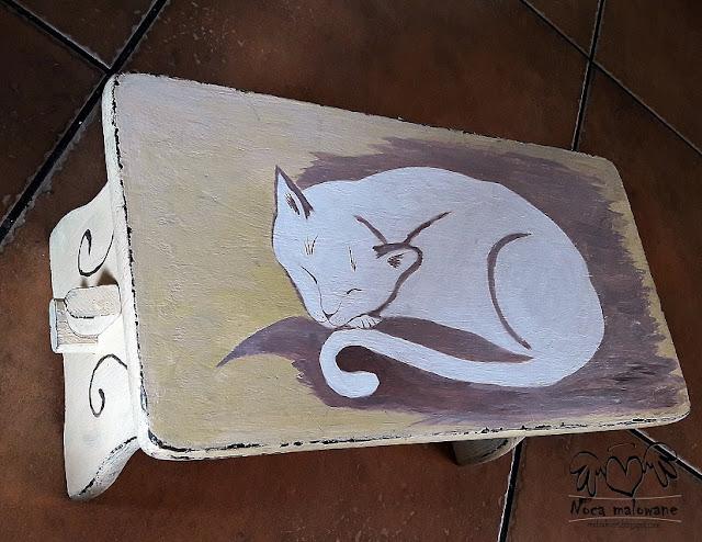 Kot malowany na stołeczku
