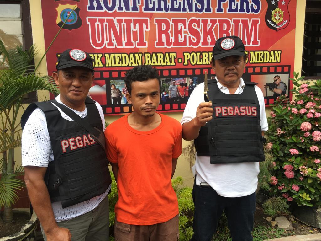 TANGKAP: Tersangka saat diamankan petugas Polsek Medan Barat.