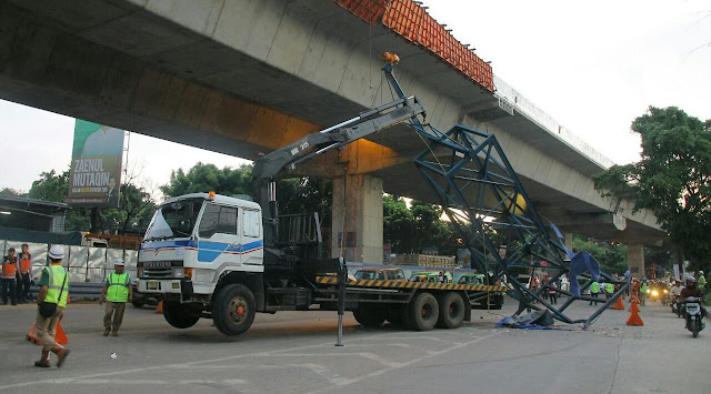 Crane Proyek Tol Lingkar Bogor Roboh Nyaris Timpa Kendaraan