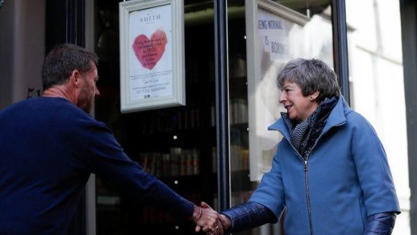 """Oposición británica califica como """"soborno"""" plan social de May"""