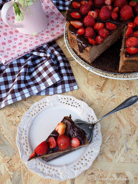 sernik-z-czekoladą-i-truskawkami