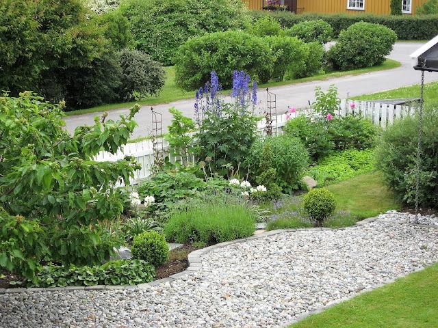 Elvestein er brukelig på flere måter i hagen - som gangvei mellom blomsterbed og gressplen IMG_5335 (2)-min