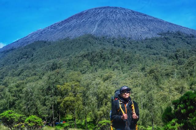 Foto Keren berlatar belakang gunung Semeru