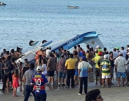Avião perde controle e cai no mar de Fortaleza, mas piloto sobrevive