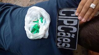Cão farejador localiza cocaina em veículo durante blitz em Aracaju