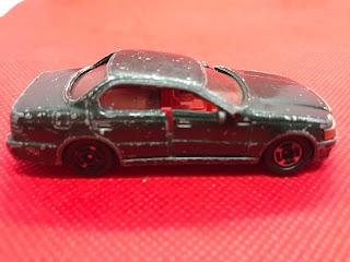 トヨタ セルシオ のおんぼろミニカーを側面ろから撮影