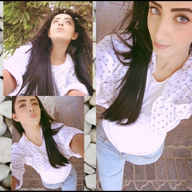 Beautiful Sanam Chaudhry Selfie Photoshoot From Her Samsung