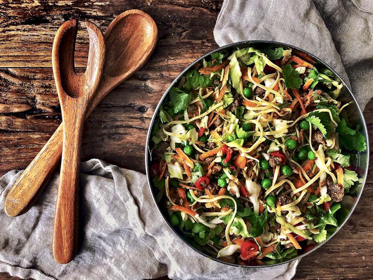 salaatti varhaiskaalista, nuudeleista, härkiksestä ja aasialaisista mausteista