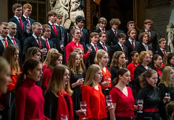 Princess Sofia attended Gålöstiftelsen's 2019 Christmas concert at Stockholm Cathedral. red skirt and red blouse, clutch