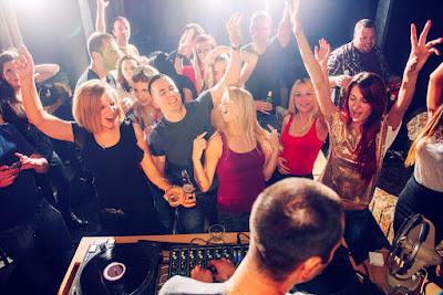 Gente de fiesta con música en directo un sábado noche en Reikiavik
