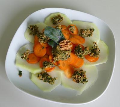 Kohlrabi-Karotten-Carpaccio mit Walnuss-Karotten-Pesto