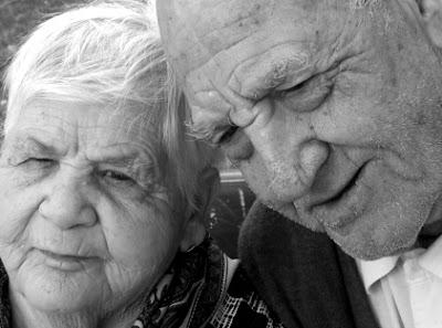 Foto de una pareja de abuelos con arrugas