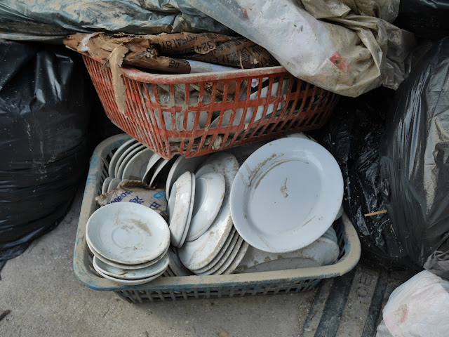 disposed plates on Rua das Estalagens