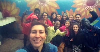 Belén con algunas de las niñas y voluntarios y voluntarias del centro.