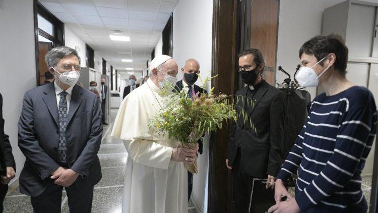 Paus Francis mengunjungi Palazzo Pio