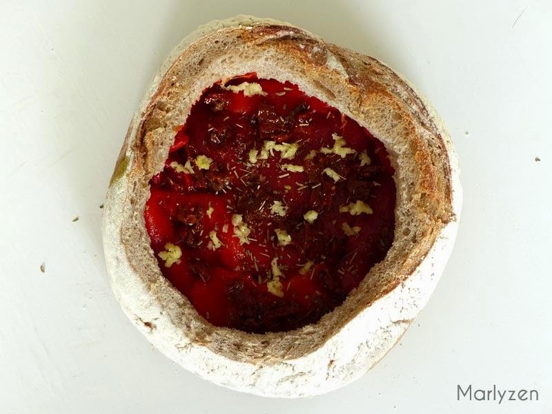 Couche de poivrons, ail et tomates séchées.