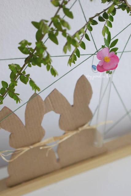 iepurasi din carton si rafie, flori in eprubeta, rama cu sfoara