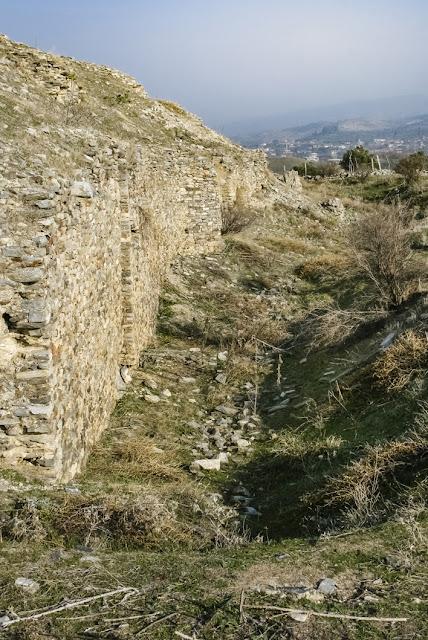La muralla meridional del castillo con los restos del foso delante de ella.