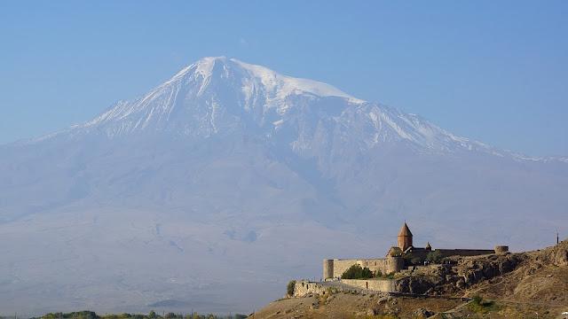 El Khor Virap es un monasterio armenio situado en la llanura de Ararat en Armenia.