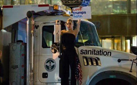 lady gaga piange e protesta sotto la trump tower