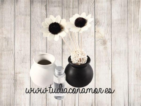 Un recuerdo bonito y decorativo para vuestras invitadas, ambientador difusor original y práctico con forma de flor en blanco y negro