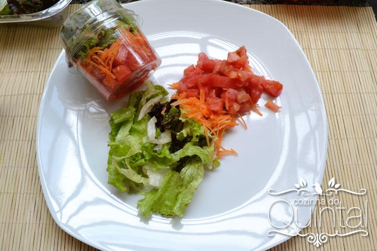 Salada no potinho em porção acompanhamento. Ideal para você mandar junto com o seu marmitex!
