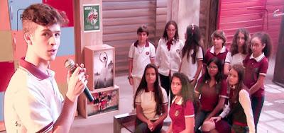 Luca Tuber (João Guilherme) no palco da escola no momento do pedido de namoro