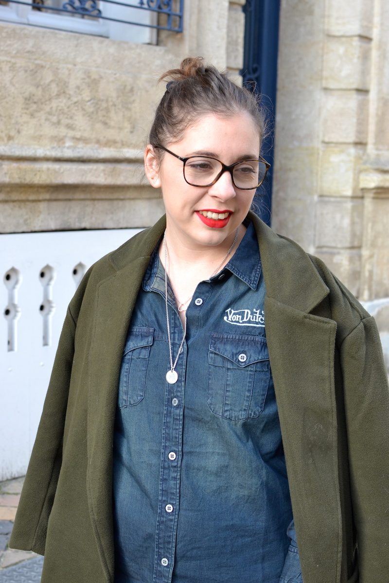 chemise en jean von Dutch, manteau kaki Sheinside, rouge à levre Too faced