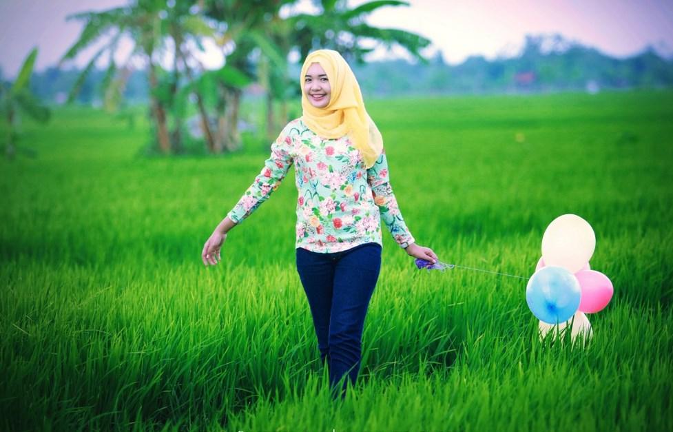 Pemilihan Konsep Hunting Foto Hijab  di sawah pakai celana jeans ketat di pematang sawah manis dan suka sekali manis dan juga selangkangan