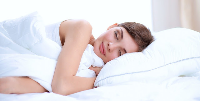 هل للنوم علاقة في زيادة جمال وجاذبية المرأة؟