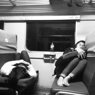 penumpang kereta tertidur