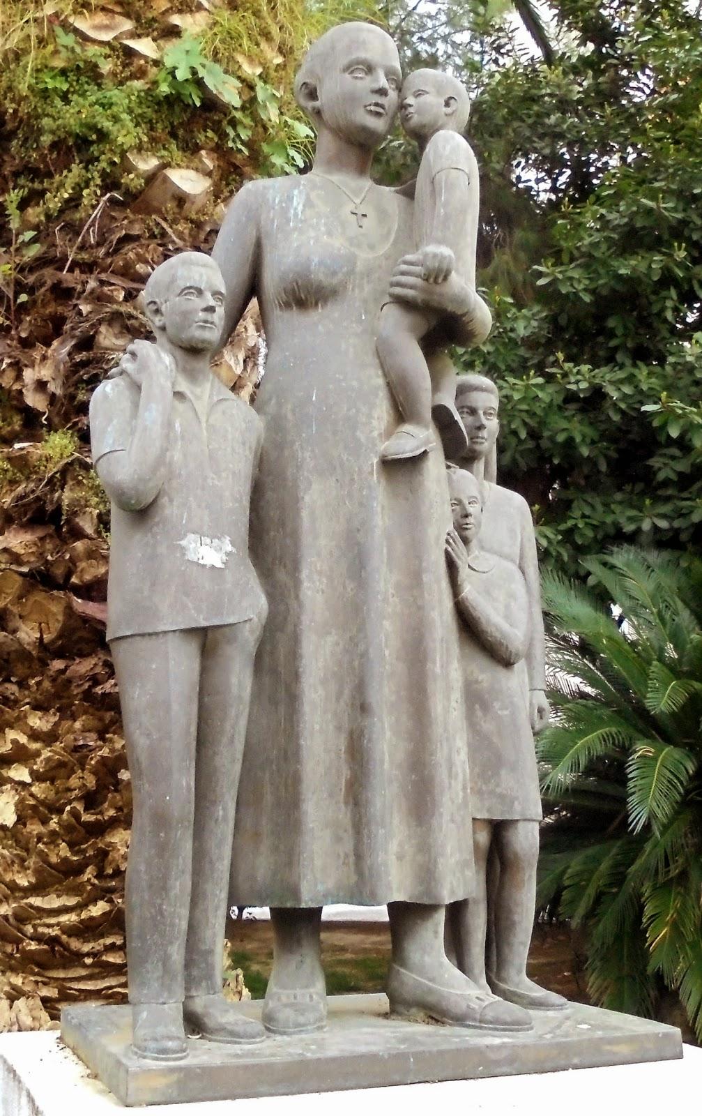 το γλυπτό Στην Πολύτεκνη Μάνα στο Αγρίνιο