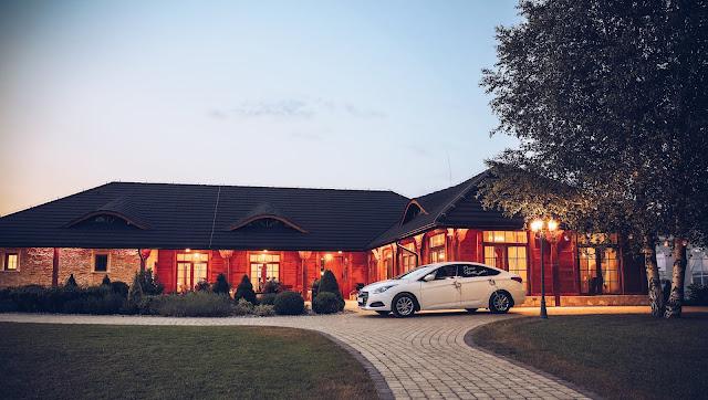 ślubne inspiracje, samochód do ślubu, biały samochód, dekoracja samochodu, dom weselny