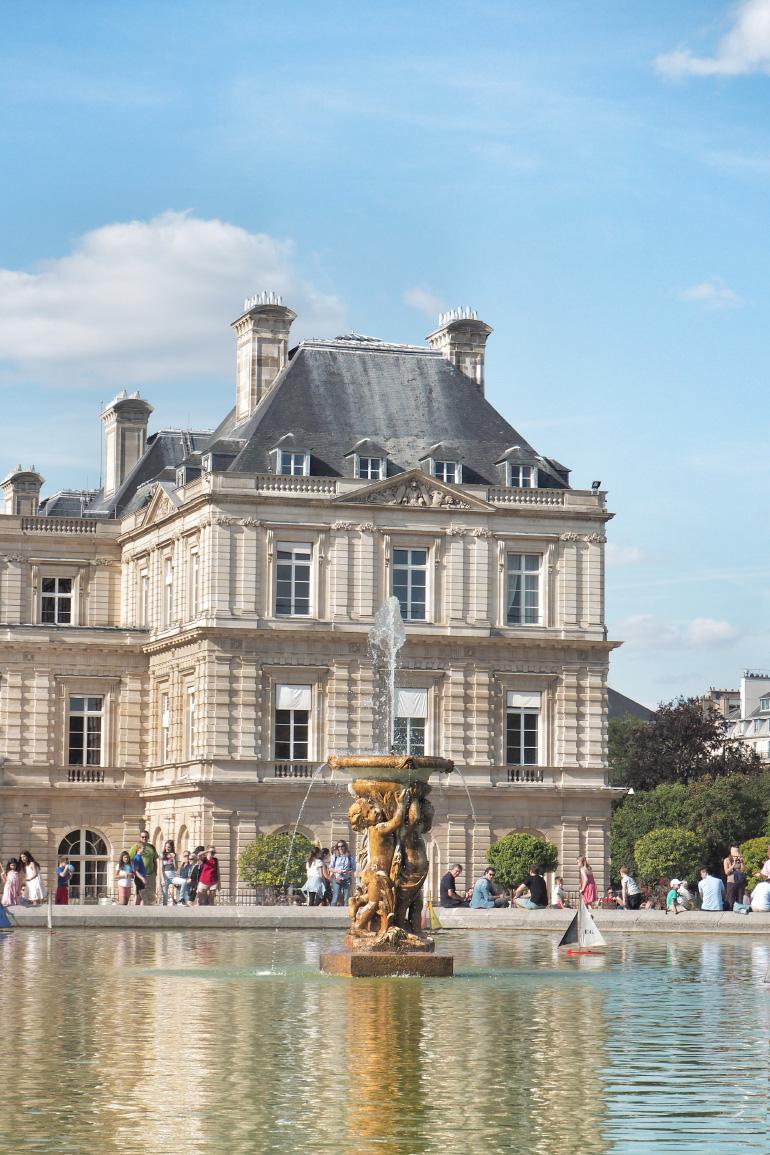 Fontaine devant le palais du Luxembourg