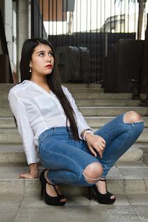 una chica que trabaja como modelo