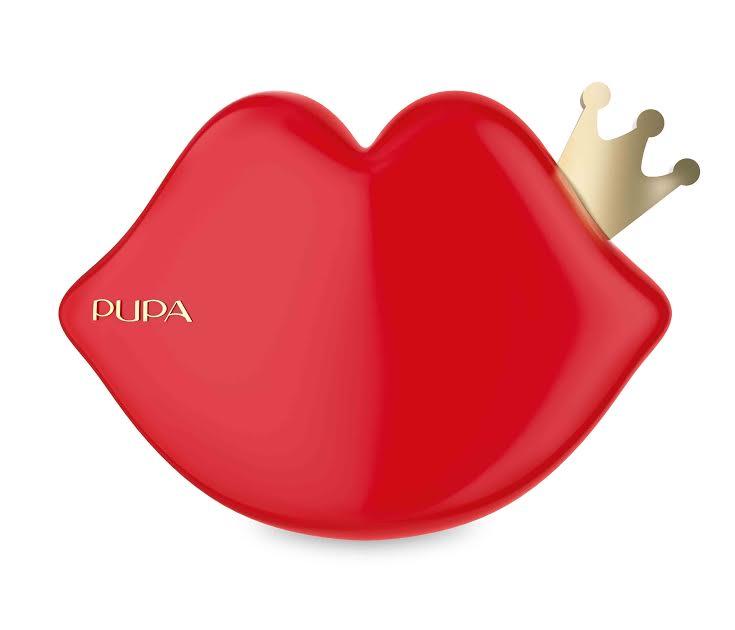 Na początku grudnia marka PUPA wprowadziła na polski rynek kolekcję THIS IS A LOVE STORY, w skład której wchodzą 4 rodzaje zimowych zestawów makijażowych: 1.       IL BACIO – zestawy do makijażu w zabawnych opakowaniach w kształcie ust (3 wersje kolorystyczne) 2.       IL PRINCIPINO –  zestawy do makijażu w kształcie małej żaby (2 wersje kolorystyczne) 3.       SUA MAESTA – zestaw do makijażu w kształcie korony 4.       IL PRINCIPE RANOCCHIO – zestaw kosmetyków do makijażu w kształcie dużej żaby