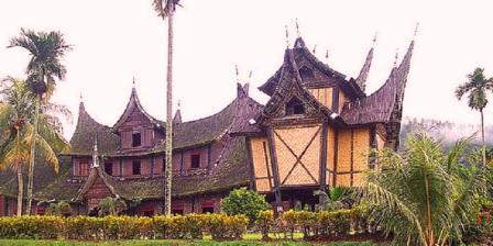 Istano Basa atau Istana Pagaruyung Objek Wisata Budaya Sumatera Barat