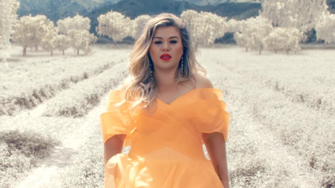 """E """"Move You"""", single promocional que ela lançou junto com """"Love So Soft"""", também é incrível"""