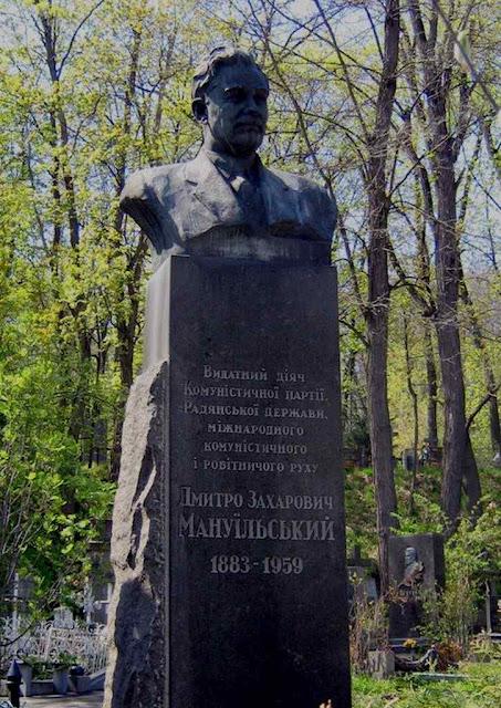 """Monumento soviético a Manuilski na Ucrânia:  """"No mesmo instante que baixarem a guarda, nós os achataremos com o nosso punho cerrado""""."""