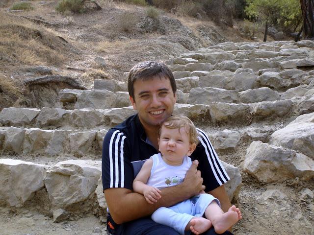 Antalya Çıralı Yanartaş'a çıkan dik merdivenlerde dinlenirken