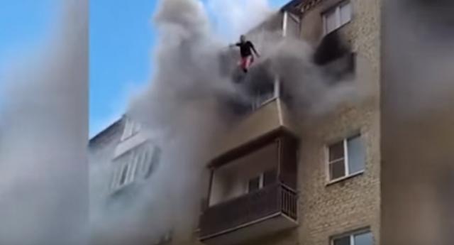 عائلة بأكملها تقفز من الطابق الخامس!  مشاهد مروعة ومفزعة جدا للكبار فقط