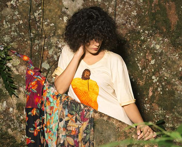 Farm e a cantora Céu coleção Velvet Caju camiseta bordada com estampa